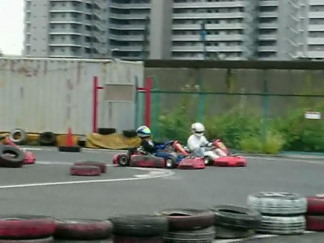 差し、ギリギリ、強速まくり、捲り、マクリ、捲り返し、はすり、Steer、ステア、小アンダー、アンダーステア、UnderSteer、修正、気を取られる、Cornering、コーナーリング、車速命、コーナーリング半径、旋回、イナバウアー、Ina Bauer、空走、コントロール放棄、レース、Race、Kart、カート、レンタル、Rental、モータースポーツ、MotorSports、ドライビング、Driving